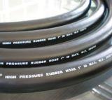 Mangueira de borracha hidráulica preta com superfície lisa marcação gravada