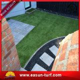편리한 접촉 튼튼한 더 안전한 뜰을 만드는 정원사 노릇을 하는 인공적인 잔디