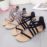 La croix de noir de chaussures de femmes attache les santals plats de talon
