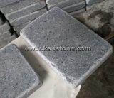 暗い灰色の花こう岩は玉石または立方体の石造りのペーバー転落した