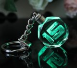 3Dレーザーによって刻まれるくまの八角形の水晶LEDのキーホルダーの写真LEDの水晶キーホルダー