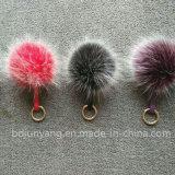 キーホルダーが付いているのどの毛皮のポンポンかのどの毛皮のポンポン