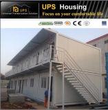 Casa simples econômica do recipiente com Windows e as portas