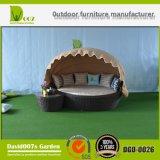 おおいが付いているウイルソンおよびフィッシャーの庭の家具の屋外の寝台兼用の長椅子