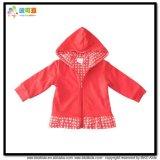 빨간색 아기는 Gots 유아 재킷을 입는다