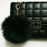 キツネの毛皮POM POM/Blackカラー空想の毛皮POMヤーンか着色された装飾的な毛皮の球