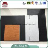 Suelo adhesivo del PVC del plástico del grano de madera