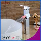 工場価格の固体真鍮の滝3カラーLED洗面器のコック(FD15052BHF)