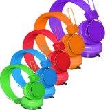 多彩なワイヤーで縛られたコンピュータのステレオのヘッドホーンエムピー・スリーのイヤホーン