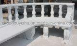 白い庭の大理石のベンチ