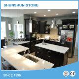 Partie supérieure du comptoir blanche de cuisine de pierre de quartz pour les meubles à la maison