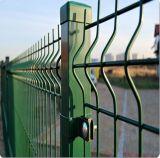 電流を通されたか、または塗られた庭の塀または金網の塀