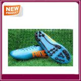 Sapatas ao ar livre do futebol dos homens novos para a venda