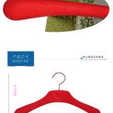 Perchas rojas del terciopelo para los departamentos de la marca de fábrica