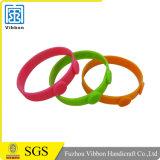 Изготовленный на заказ резиновый Wristband силикона полосы браслета с конструкцией Debossed