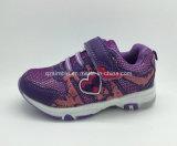 Neuf chaussures de marche de sports de modèle pour des filles d'enfants