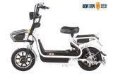Bici elettrica variopinta della città, motorini elettrici e bici con il faro di Hilight/LED della puleggia