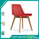 Modernes Rot, das Stühle speist