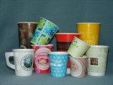 Tazze di caffè di carta beventi a gettare