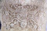 花嫁のウェディングドレスを均等にするラインに玉を付ける半分の袖
