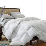 高級ホテルの白いガチョウの羽毛布団の慰める人のキルト