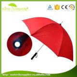 빛을%s 가진 어두운 저녁 비 우산