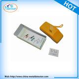 Metal detector portatile tenuto in mano dell'ago