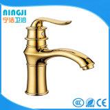 La porcelaine sanitaire du bassin de robinet couleur or appuyez sur