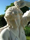 熱く白い屋外の大理石の切り分ける彫像の庭の彫刻