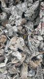 Déchiquetés de ferraille dans la pièce de métal