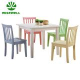 4개의 의자를 가진 가구 학교 테이블이 목제 사각에 의하여 농담을 한다
