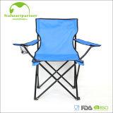 Personifiziertes Stahloxford, das im Freienstrand-Stuhl faltet