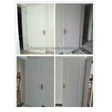 白いプライマー内部の空のコア木の純木のドア