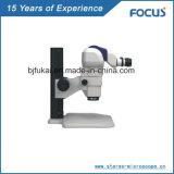 A jóia da gema inspeciona o microscópio para a qualidade superior