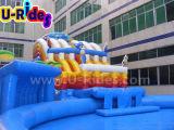 Parque aquático inflável de brinquedo gigante com piscina e escorregadio