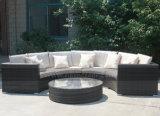 Mtc125普及した半円の藤の屋外のソファーの一定の庭のソファーのテラスの柳細工のソファーセット