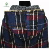 Двойной бортовой плащ кнопки кленового листа шали шотландки с шлемом