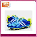 Neue Fußball-Schuhe mit drei Farben