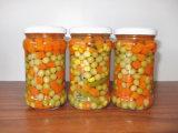 Vegetais misturados enlatados no frasco de vidro