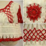 Le donne adattano a breve manicotto il maglione sottile del Crochet