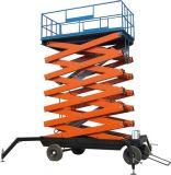 Levantar a trabajador que trabaja la plataforma hidráulica de las tijeras