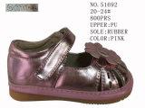 Le rose colore des chaussures de mode de filles d'unité centrale