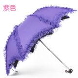 Seção do parasol da forma que anuncia a mini borda do laço que dobra o guarda-chuva relativo à promoção do artigo do presente