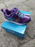 Ботинки спорта детей способа, идущие ботинки, вскользь ботинки