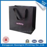綿のハンドルが付いている黒いカラークラフト紙のショッピング・バッグ