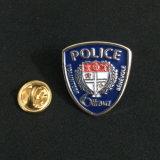警察は折りえりピンに金属をかぶせる