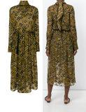 По шее вышивка известь шелкового платья