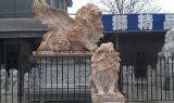 Het witte Marmeren Beeldhouwwerk van de Leeuw van de Steen met het Standbeeld van Vleugels voor de Decoratie van de Tuin