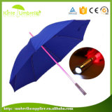 Темный зонтик дождя вечера с светом