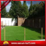 Césped sintetizado de la alfombra de la nueva hierba artificial al aire libre con diseño de la historieta